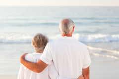 Homme étreignant son épouse sur la plage Photographie stock