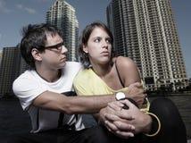 Homme étreignant une femme dans la défaillance Photographie stock libre de droits