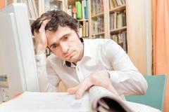Homme étudiant des documents dans le siège social Images libres de droits