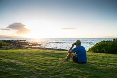Homme étudiant l'océan Photos stock
