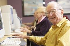 Homme aîné à l'aide de l'ordinateur Photographie stock
