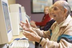 Homme aîné à l'aide de l'ordinateur Images stock