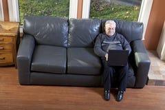 Homme aîné à l'aide de l'ordinateur portatif Photographie stock libre de droits