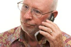 Homme aîné à l'aide du téléphone portable Photographie stock