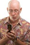 Homme aîné à l'aide du téléphone portable Photo libre de droits