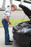 Homme aîné à une perte près d'engine de véhicule Photographie stock