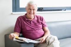 Homme aîné affichant le journal Photo stock