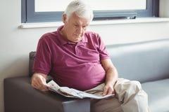 Homme aîné affichant le journal Image libre de droits