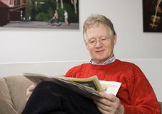 Homme aîné affichant les journaux Photo stock