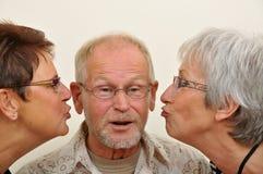 Homme aîné appréciant l'affection Photographie stock libre de droits