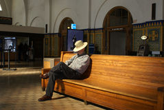 Homme aîné attendant dans la station de train Image libre de droits