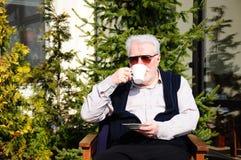Homme aîné au jardin Photos libres de droits
