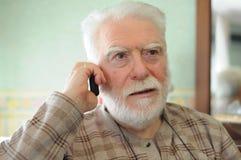 Homme aîné au téléphone Photos stock