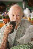 Homme aîné avec beaucoup de factures Image stock