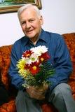 Homme aîné avec des fleurs Images libres de droits