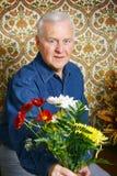 Homme aîné avec des fleurs Photo stock