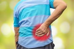 Homme aîné avec douleur dorsale Images libres de droits