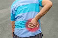 Homme aîné avec douleur dorsale Photo stock