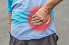 Homme aîné avec douleur dorsale Photo libre de droits