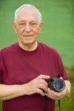 Homme aîné avec l'appareil photo numérique Image stock