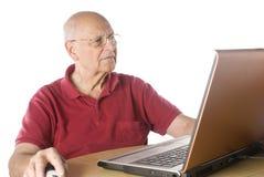 Homme aîné avec l'ordinateur Photos libres de droits