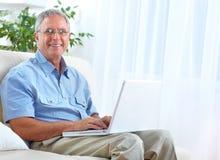Homme aîné avec l'ordinateur portatif Photo libre de droits