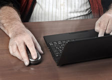 Homme aîné avec l'ordinateur portatif Photo stock