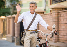 Homme aîné avec la bicyclette Photo stock
