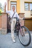 Homme aîné avec la bicyclette Image libre de droits