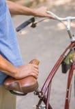 Homme aîné avec la bicyclette Photos libres de droits