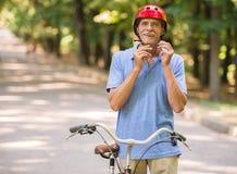 Homme aîné avec la bicyclette Photographie stock libre de droits