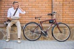 Homme aîné avec la bicyclette Photographie stock