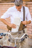 Homme aîné avec la bicyclette Photos stock