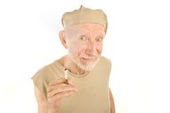Homme aîné avec la chemise et la cigarette loqueteuses Photos stock