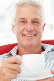 Homme aîné avec la cuvette de thé Photographie stock