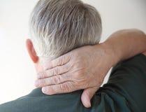 Homme aîné avec la main sur le cou photos libres de droits
