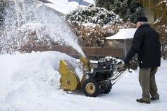 Homme aîné avec la souffleuse de neige Image libre de droits