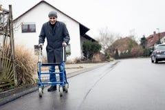 Homme aîné avec la trame de marche Image stock