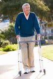 Homme aîné avec la trame de marche Images libres de droits