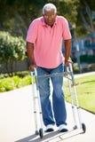 Homme aîné avec la trame de marche Photo stock