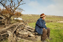 Homme aîné avec le bâton à l'extérieur Photos libres de droits