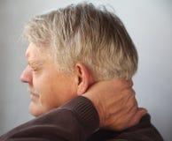 Homme aîné avec le cou douloureux photographie stock