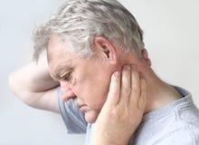 Homme aîné avec le cou endolori images libres de droits