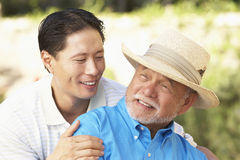 Homme aîné avec le fils adulte dans le jardin Photos stock