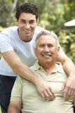 Homme aîné avec le fils adulte dans le jardin Photo libre de droits