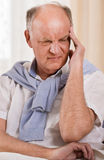 Homme aîné avec le mal de tête Photographie stock libre de droits