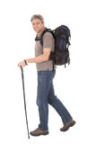 Homme aîné avec le sac à dos et les pôles de hausse Images libres de droits