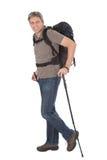Homme aîné avec le sac à dos et les pôles de hausse Image libre de droits