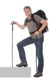 Homme aîné avec le sac à dos et les pôles de hausse Photographie stock