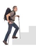 Homme aîné avec le sac à dos et les pôles de hausse Photo libre de droits
